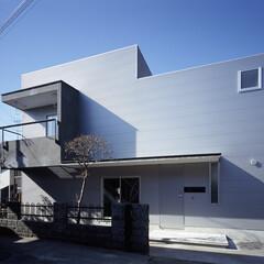 横浜/ガルバリウム鋼板/モルタル 金属面に取り付いた庇やバルコニーなどの装…