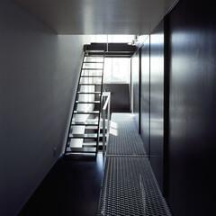 横浜/エキスパンドメタル段/光/風 通路券サブ機能を担った副室。