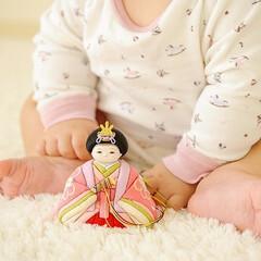 ひな祭り/ひなまつり/お雛様/雛人形/桃の節句/雛祭り/... ちょこんと座る赤ちゃんとお雛様👶  見て…(1枚目)