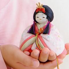 ひな祭り/ひなまつり/お雛様/雛人形/桃の節句/雛祭り/... 女の子の手のひらにちょこん。嬉しそうなお…(1枚目)