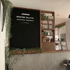 カフェ風インテリア/棚DIY/コンクリート風壁紙/男前インテリア/LIMIAインテリア部/キッチン雑貨/... 黒板ボードの下に木で作ったBoxを付けて…
