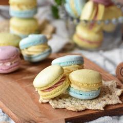 おうちごはん/手作りケーキ/手作りお菓子/手作りスイーツ/おうちカフェ 春色マカロン。 クリームはいちごクリーム…(2枚目)