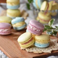 おうちごはん/手作りケーキ/手作りお菓子/手作りスイーツ/おうちカフェ 春色マカロン。 クリームはいちごクリーム…(1枚目)