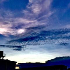 空/雲/夕暮れ 幻想的な空 不思議な色がまじりあって グ…