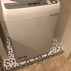 洗面所 洗濯機バン 板にリメイクシートを貼って、…