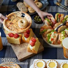 サンナップ/スヌーピー/女子会/誕生日会/紙コップ/うちカフェ 沢山並んだ美味しいサンドイッチとデザート…