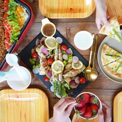 サンナップ/おうちカフェ/ピクニック/紙皿/アウトドア/ホームパーティー おしゃカフェのようなメニューには、木目調…(1枚目)