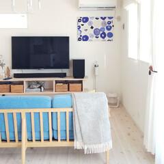 プラマイゼロ コードレスクリーナーVer.3クリアホワイト XJCC030CW | プラスマイナスゼロ(掃除機)を使ったクチコミ「我が家のシンボル、ブルーのソファとカウニ…」