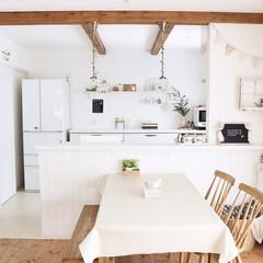 キッチン/ダイニング/無垢床/ハンドメイド雑貨/板壁DIY/板壁/... 初めて投稿させていただきます。 白を基調…