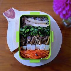 野菜たっぷり/ランチ/残り物/ヘルシー/旦那弁当/お弁当/... 残り物で5色丼弁当。 人参、大根、牛肉、…