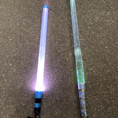 子ども/子供/おもちゃ/DIY/キャンドゥ/ダイソー/... 100均アイテムで簡単に作れる、光る刀✨…