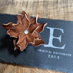 ヘアアクセサリー/チョーカー/コサージュ/バッグチャーム/革/レザークラフト/... レザーの端革で作ったお花モチーフです。 …