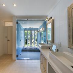 浴室/洗面/ガラスモザイク/脱衣/サニタリー/洗面化粧台/... 庭に面した浴室に大きな開口部をもうけ、そ…