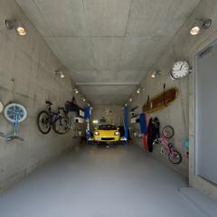 ガレージ/Pコン/コンクリート打放し/カーリフト  車2台が収納できるガレージスペースはに…
