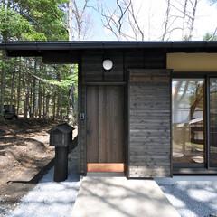 杉板張り/玄関/鋳鉄/引き戸/木製引き戸/住宅設計  玄関扉は木製の製作建具です。住宅の外観…