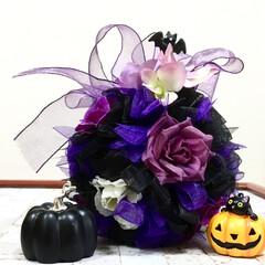 フラワーボール/ハロウィン/キャンドゥ/ダイソー/セリア/100均/... 黒リボンで作ったボールに、紫の花、オーガ…