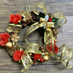 クリスマス/リース/クリスマス2019/キャンドゥ/ダイソー/セリア/... 松ぼっくりのリースに飾り付けました。 ク…