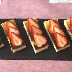 home made/スイーツ/スレートプレート/スティックチーズケーキ/いちご/🍘/... 娘の友達が遊びに来てたので 簡単チーズケ…
