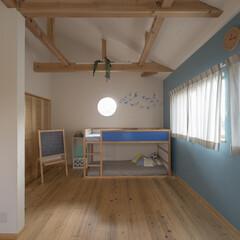 無垢フローリング/珪藻土/梁/丸い窓/子供部屋/自然素材 丸い窓がかわいい子供部屋。将来は2部屋に…