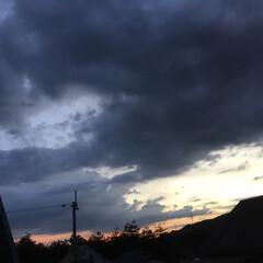 いま空/夕焼け大好き/夕暮れ風景/夕焼け雲 日没 18:30 今日も一日お疲れ様でし…