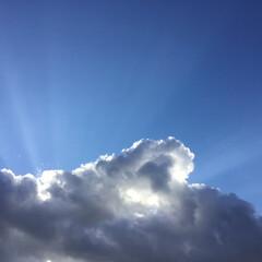今日の空 15時の空 厚い雲からひかりの矢が 放た…
