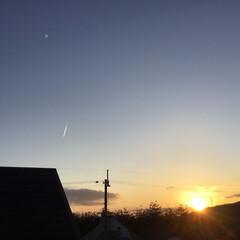 飛行機雲/夕方の空に/夕焼け大好き/夕暮れ 今日の夕暮れ 飛行機雲が一本 飛行機を追…
