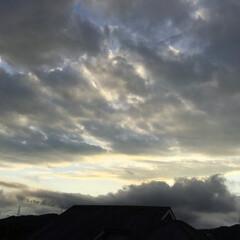 夕焼け雲/夕暮れ時の空 日没 19:16 今日も一日お疲れ様でし…
