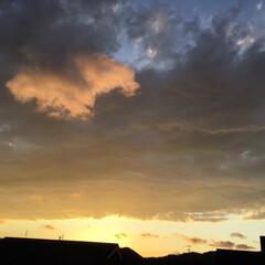コロナに負けない/夕焼け大好き/夕焼け景色 日没 18:49 今日も一日お疲れ様 雲…