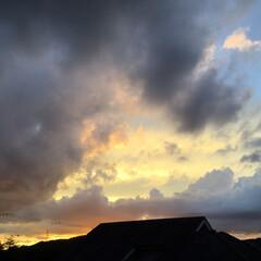 いま空/夕焼け大好き/夕暮れ風景/夕焼け雲 日没 18:09 今日も一日お疲れ様でし…