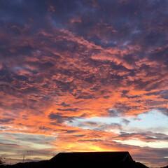 いま空/夕焼け雲/夕暮れ風景/夕焼けの空 日没 18:33 今日も一日お疲れ様でし…