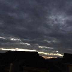 いま空/黒雲/夕焼け雲/夕暮れ風景 日没 18:15 今日も一日お疲れ様でし…