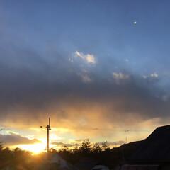いま空/定位置観測/今日の夕焼け/夕焼け大好き/夕暮れ風景 日没 17:05 今日も一日お疲れ様でし…