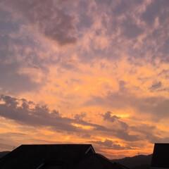 今の空/夕焼け雲/夕焼け/夕暮れ時 日没 19:11 今日も一日お疲れ様でし…