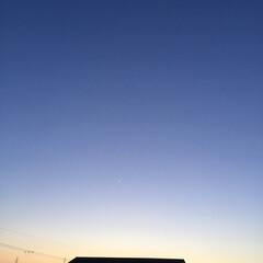一番星/夕焼け大好き/夕焼け風景 日没 18:40 一番星と新月が並んでま…