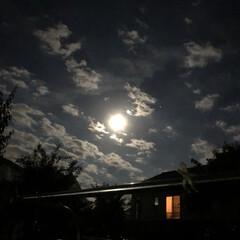 みんなにおすすめ ストロベリームーンの夜の空。 右側に光っ…