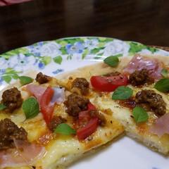 おうちごはん/ピザ/リミアな暮らし チーズだけの市販のピザに 生ハム・ミディ…