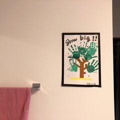 飾り方/子どもの作品/玄関 黒のマステを額縁に見立てて 子どもたちの…