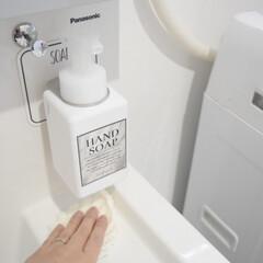 オテル マジックシートフック ステンレス シャンプー コンディショナー ソープ 泡ソープ お風呂 壁掛け メタル ボトルホルダー バスラック スタンド(吸盤フック)を使ったクチコミ「洗面台のハンドソープは オテルのボトルホ…」