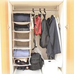 IKEA収納/リビング棚/100均/節約/無印良品/セリア/... リビング収納棚に よく使う鞄や上衣なども…