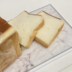 大理石調 軽量デザインまな板 抗菌 耐熱 両面 滑り止め 食洗器対応 日本製 カッティング ボード(その他キッチン、日用品、文具)を使ったクチコミ「焼き立て食パンが大好き🤤  中がふわふわ…」