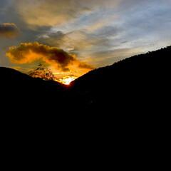 朝焼けの空/晴れ間/日の出 おはようございます🧸☔️  朝日が昇る瞬…