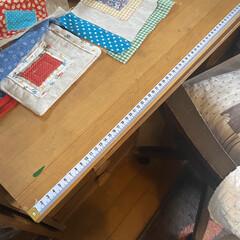 テーブル/家活/手作り/洋裁/キャンドゥ/ダイソー/... 洋裁や工作に使う大きな机の天板に両面テー…