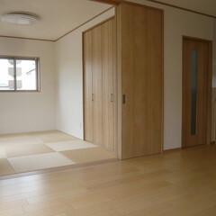 LDKと繋がる和室/天井までの建具/天井までの建具開放/半畳タタミ LDKと繋がる和室。 天井までの高さの建…