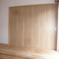 LDKと繋がる和室/建具閉めるとLDKと独立して使える和室/お子さんのお昼寝に使える和室/家事スペースとして使える和室 LDKつ繋がった和室。 建具を閉めると独…