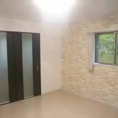 寝室/寝室アクセントクロス/光を取り入れる建具/サンルーム/雨の日でも洗濯物干せる/舞鶴新築/... 寝室の壁はアクセントクロス貼り。 光を取…(1枚目)