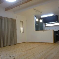 無垢桧/無垢桧フローリング/無垢桧LDK/対面キッチン/漆喰壁/漆喰壁LDK 無垢桧・漆喰壁のLDKは対面キッチン。