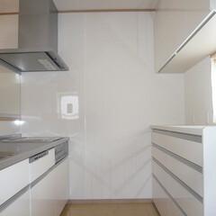 システムキッチン/対面キッチン/白いキッチン/レンジフード前はパネル 白い清潔感のあるキッチンとカップボード。…