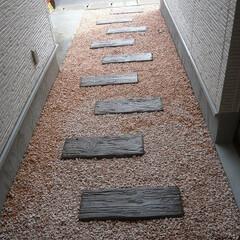 外構/玄関アプローチ/枕木/カラー砕石 玄関アプローチ。 これだけでイメージがず…