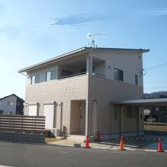 片流れ屋根/10kw太陽光発電/軒の出大事/軒の出/ツートン外壁/カーポート/... 片流屋根のシンプルな外観。 実は太陽光パ…