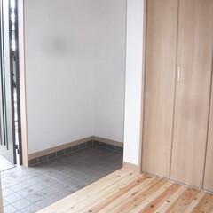 広めの玄関/玄関収納/下駄箱とプラスでクローゼット/桧玄関ホール/桧框 少し広めの玄関は 間仕切り無の玄関収納と…
